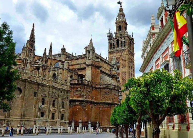 Posti belli da vedere assolutamente a Siviglia Cattedrale di Siviglia e la Giralda